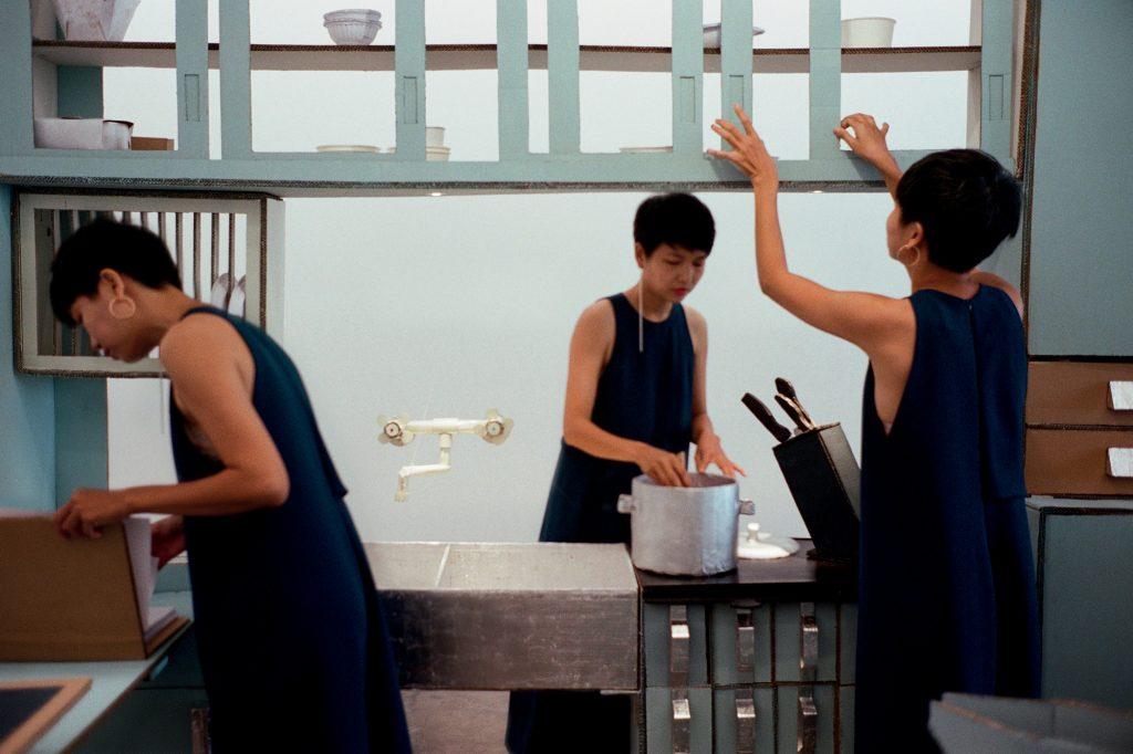 nghệ sĩ Bảo Châu trong căn bếp bằng giấy
