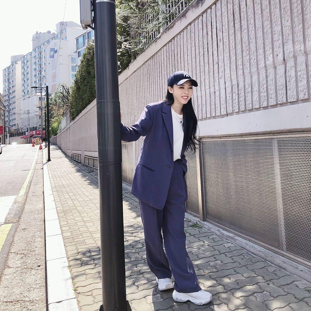 phong cách thời trang tomboy cùng nón bóng chày và suit