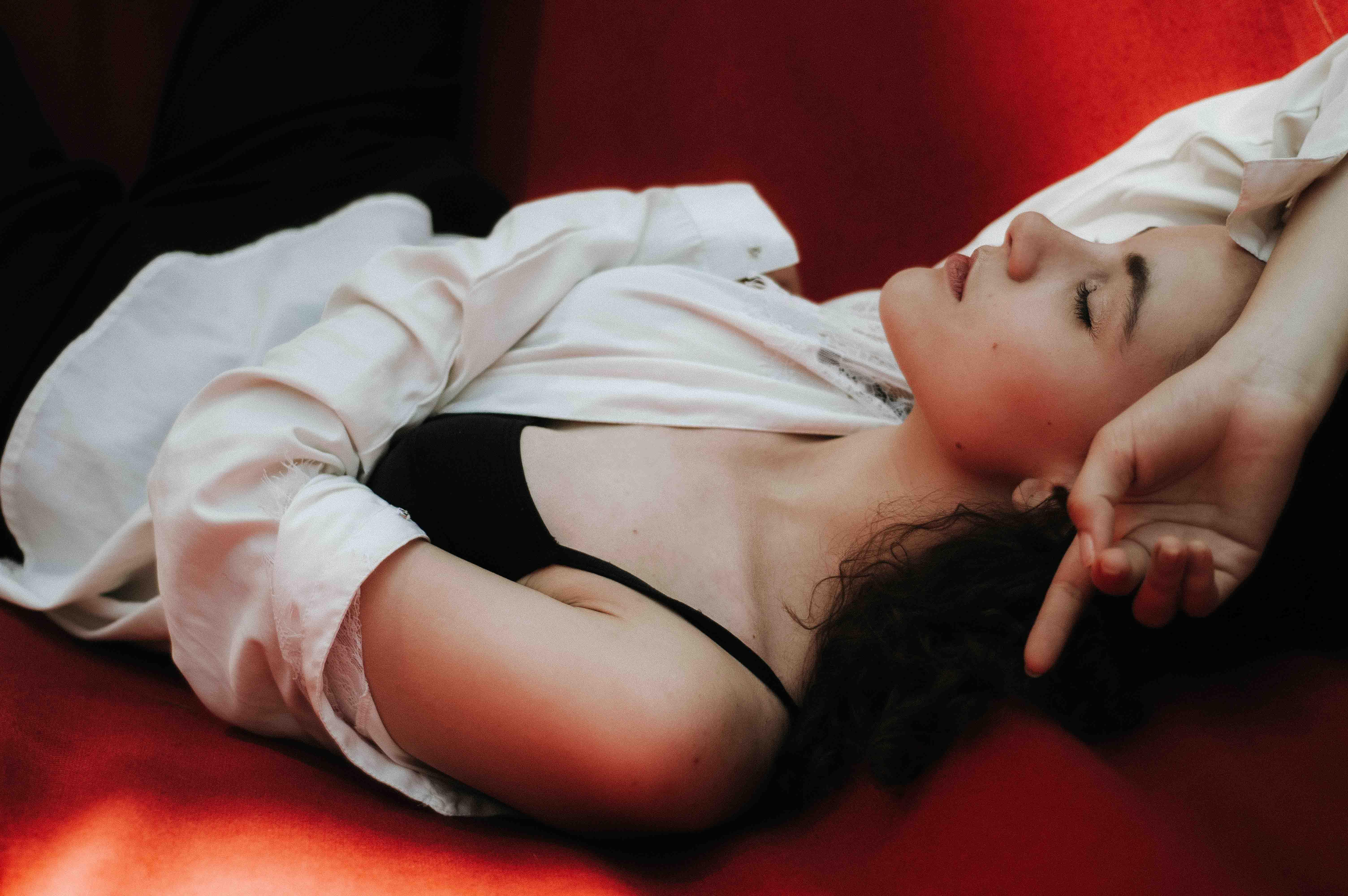 cô gái nằm ngủ và giấc mơ
