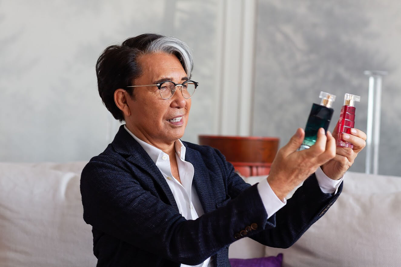 ntk kenzo takada cầm hai chai nước hoa avon life