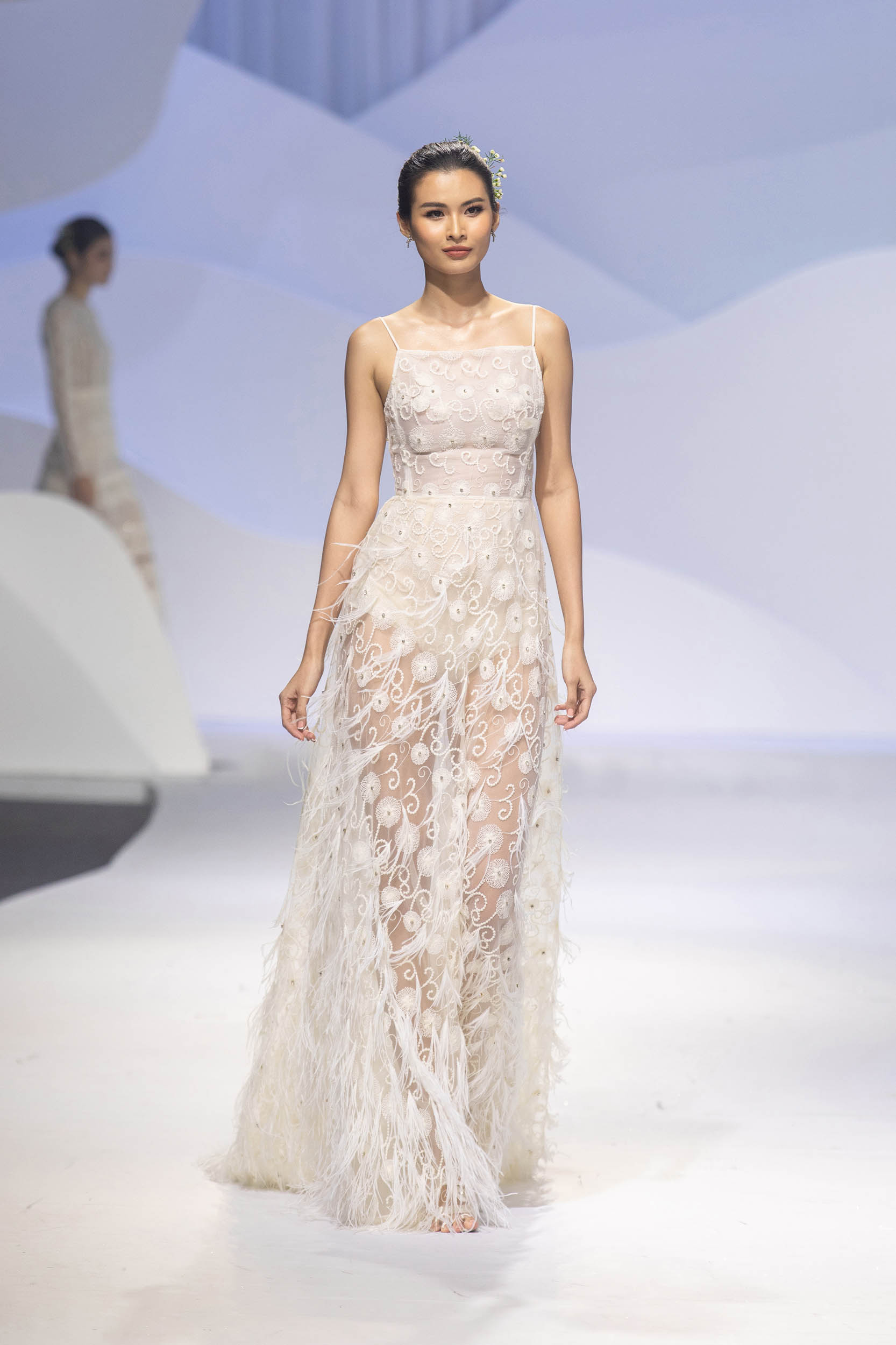 BST Decos Bridal Fall 2020 của NTK Nguyễn Phương đông cùng váy cưới chất liệu ren hoa tiết tỉ mỉ