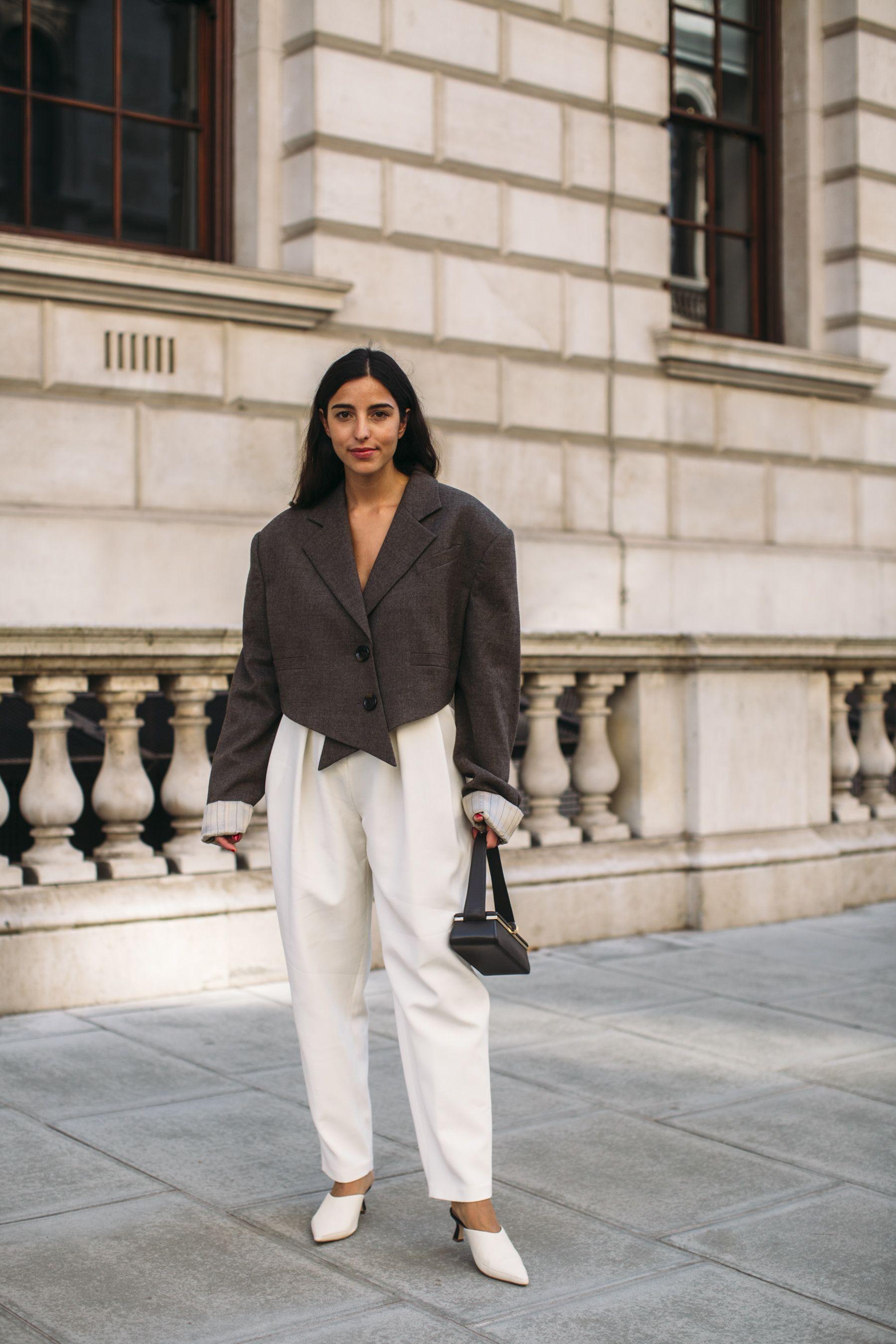 áo blazer dáng lửng phối cùng quần trắng và giày cao gót sành điệu