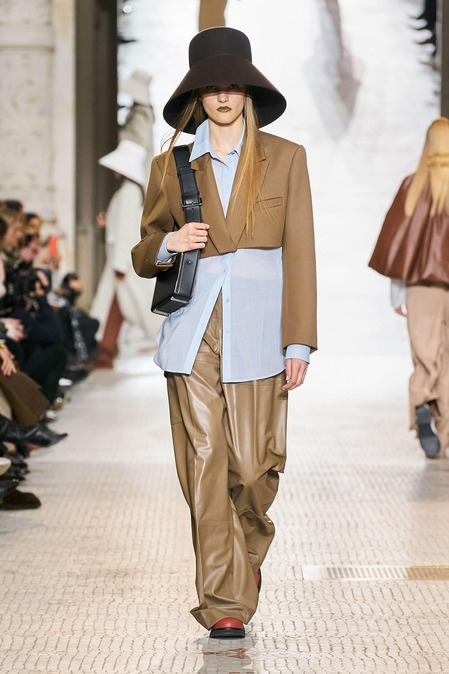 Áo blazer dáng lửng sành điệu trên sàn diễn Thu Đông 2020 của Nina Ricci