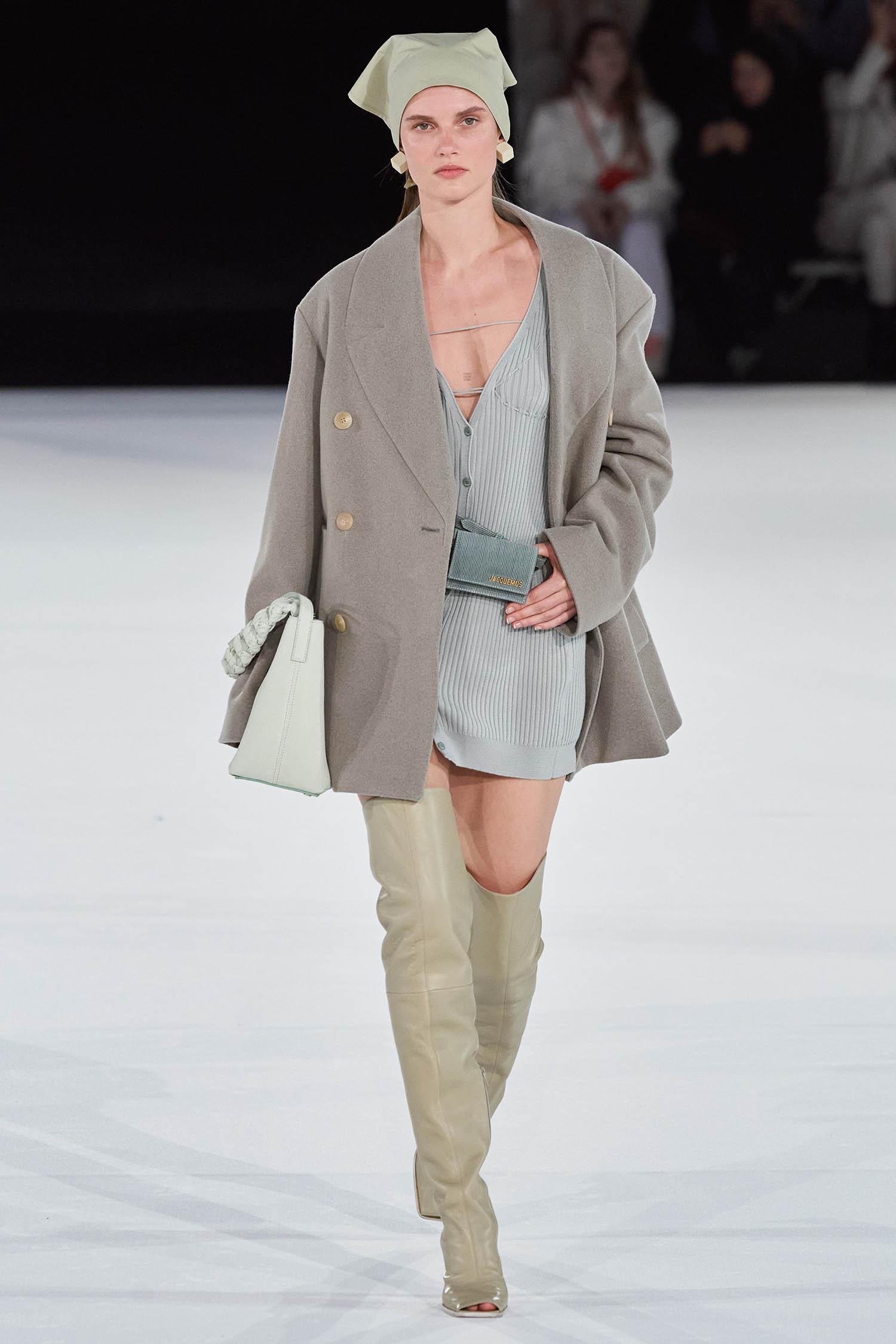 Áo Blazer kiểu truyền thống cùng giày boots trên sàn diễn Thu Đông 2020 của Jacquemus