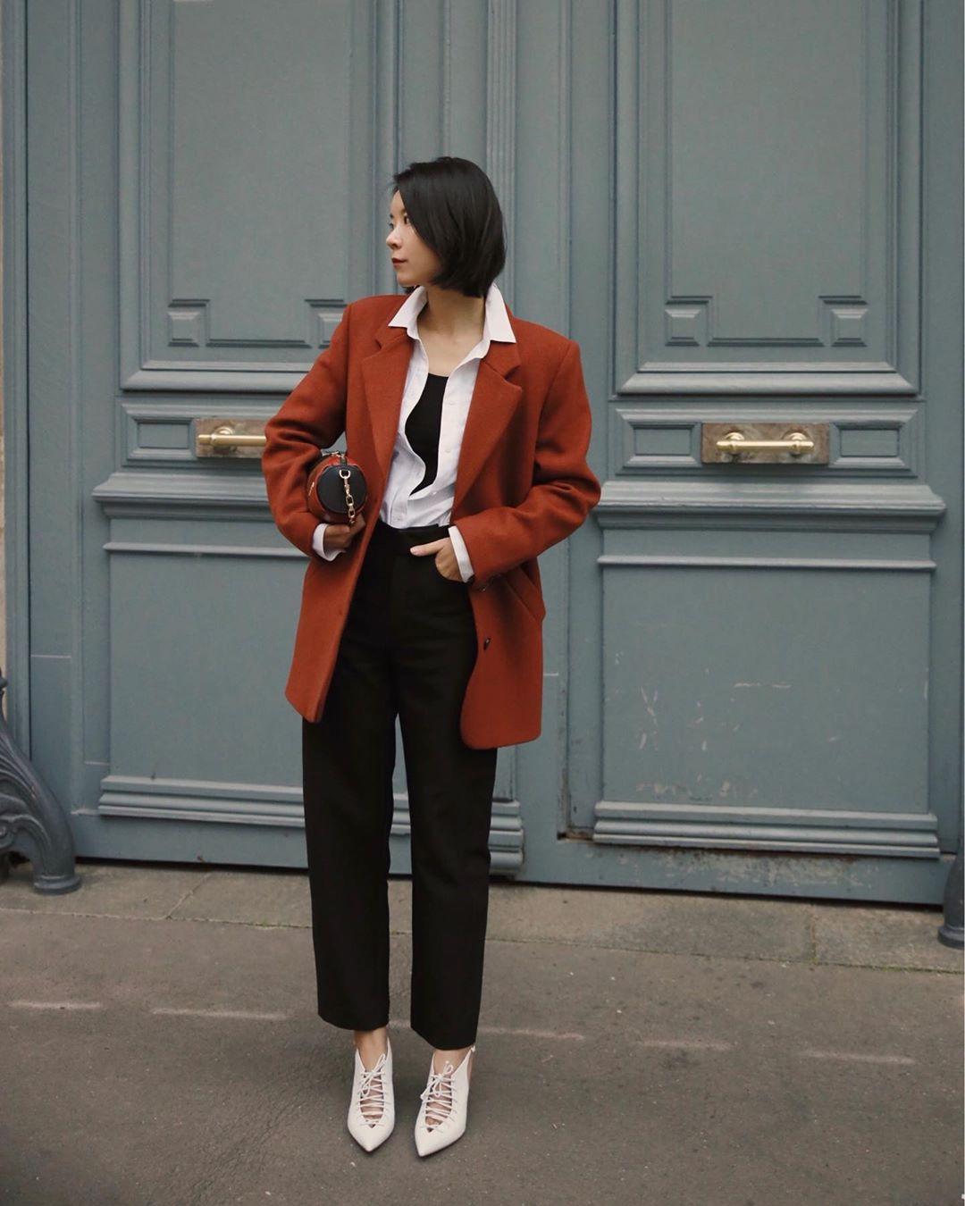 áo blazer phối cùng áo sơ mi cùng quần đen nghệ thuật phối đồ blazer