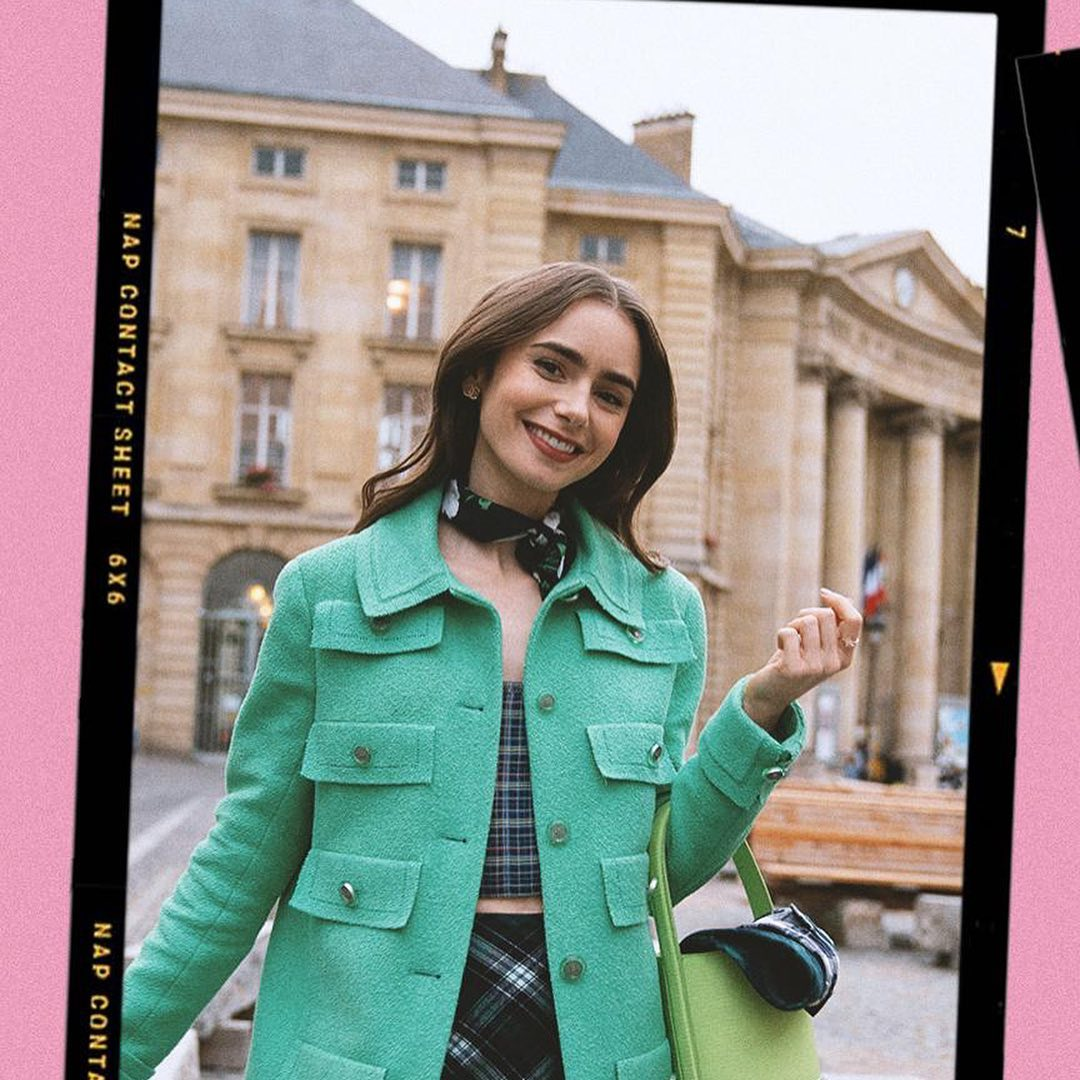 Lily Collins đeo khăn lụa trong phim Emily In Paris