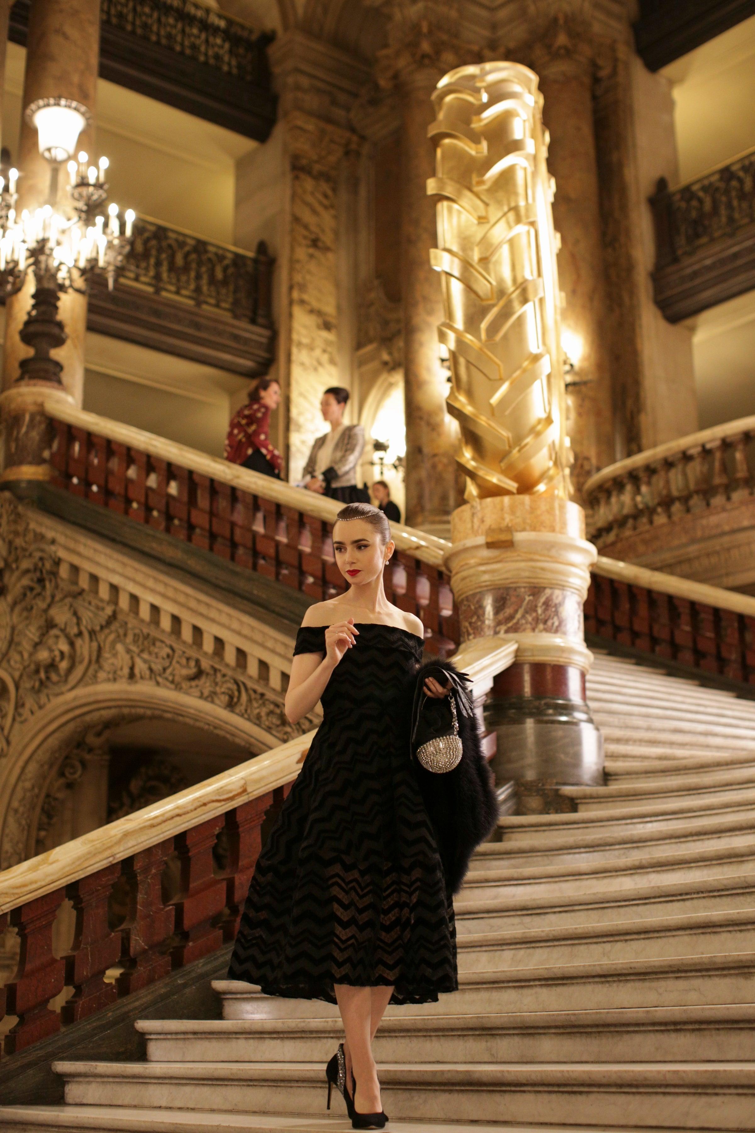 Lily Collins mặc váy dạ hội màu đen trong emily in paris