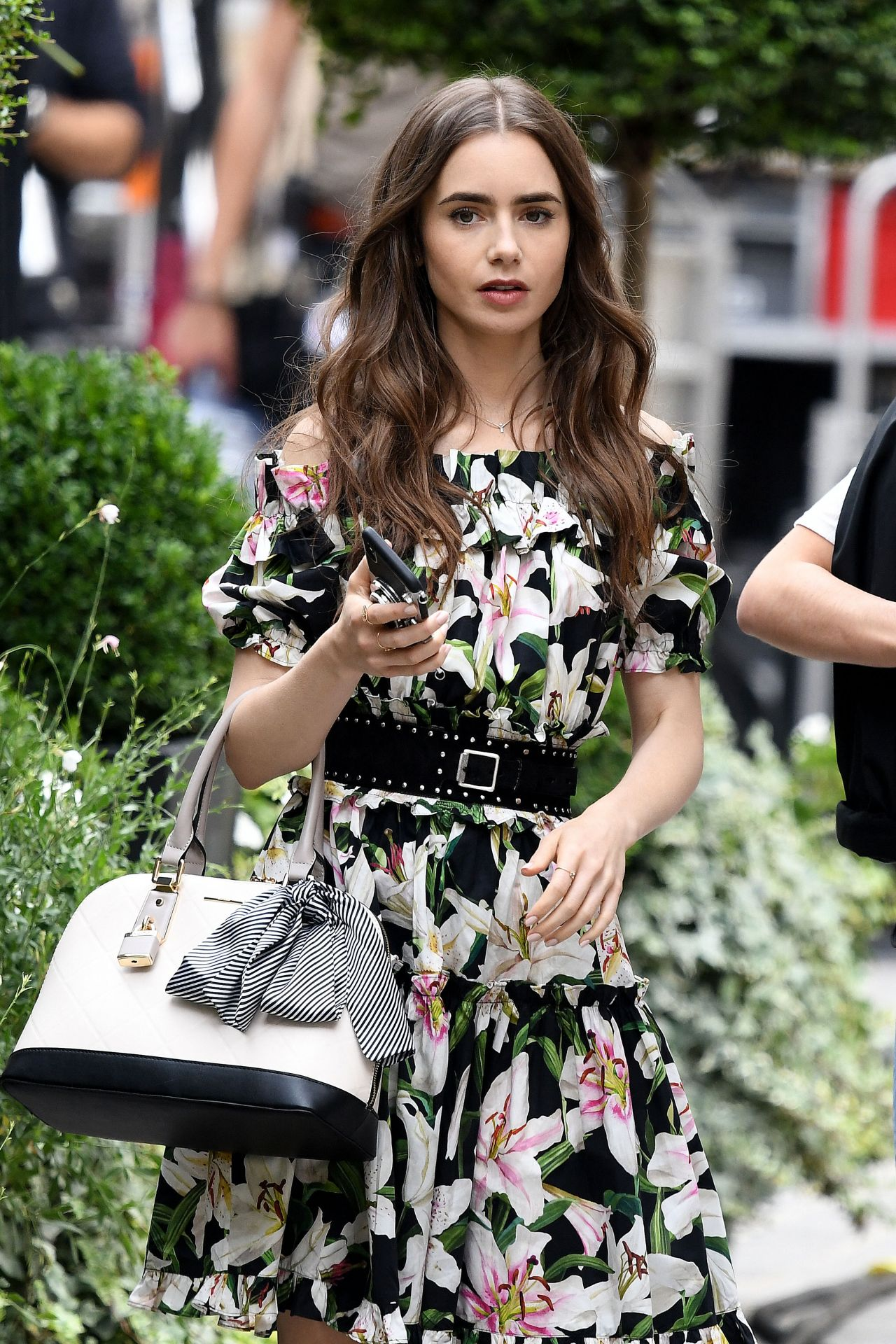 Lily Collins mặc váy hoa trong Emily In Paris