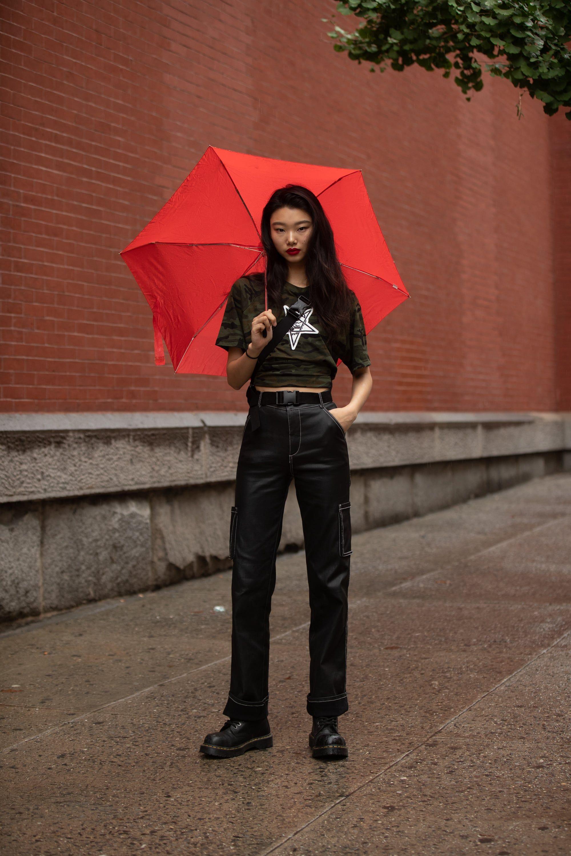 phong cách tomboy quần cargo phối cùng giày cổ cao chiến binh và áo thun