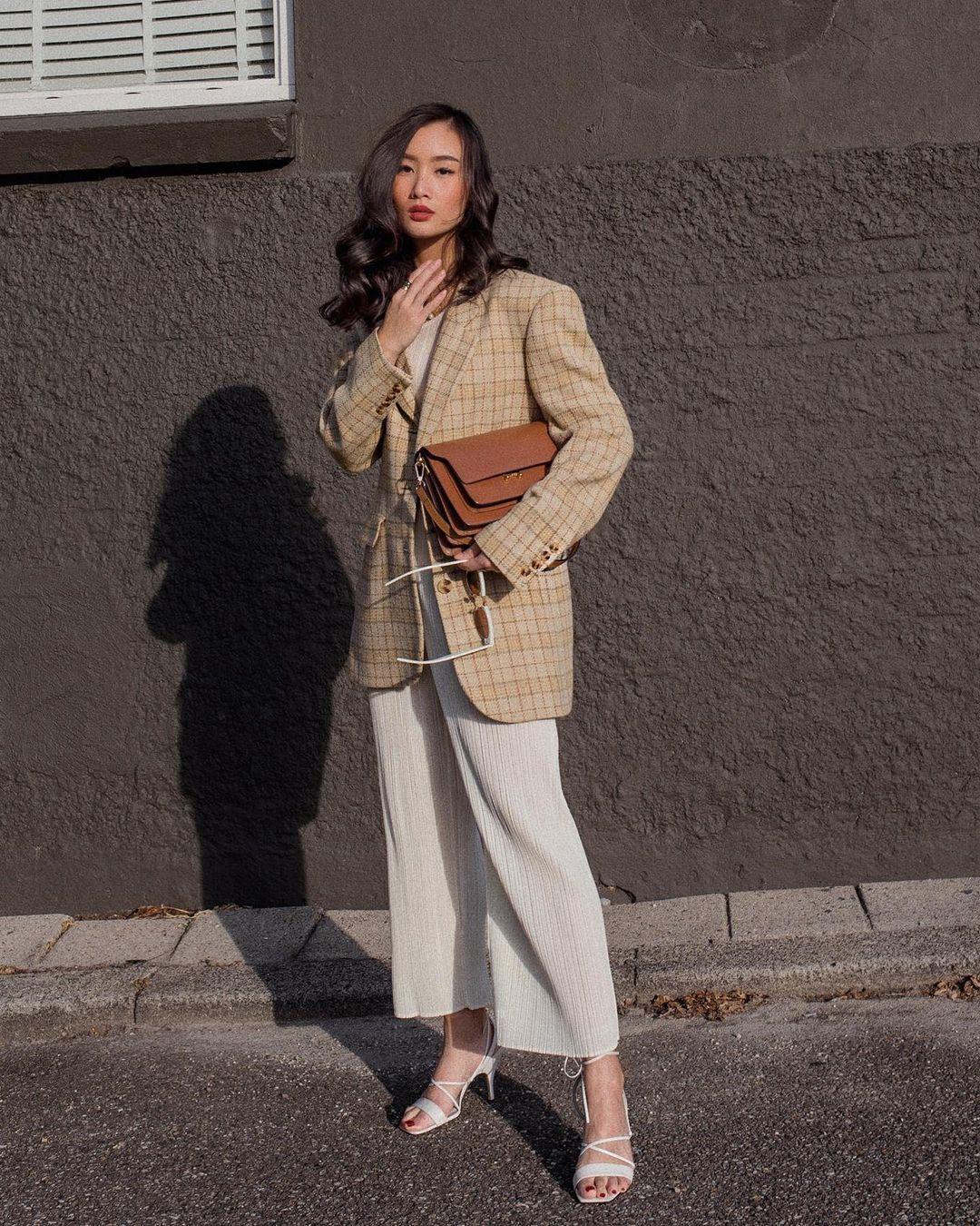 Cách phối màu trang phục công sở theo tính chất công việc áo blazer màu vàng và quần trắng