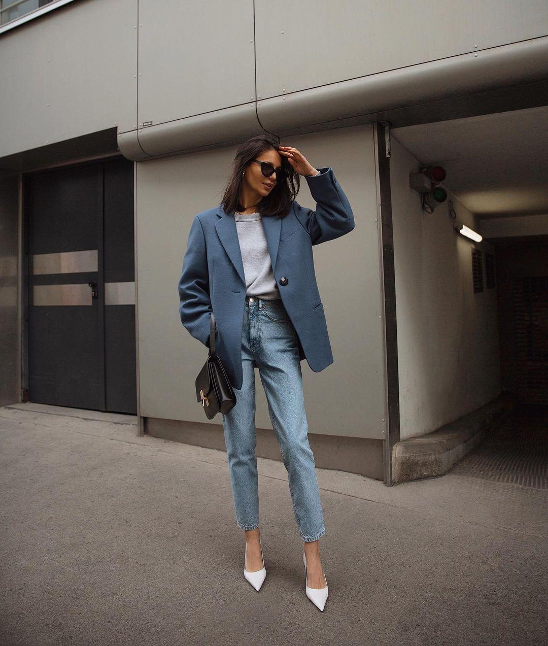 cách phối màu trang phục công sở theo tính chát công việc áo blazer xanh cùng quần jeans