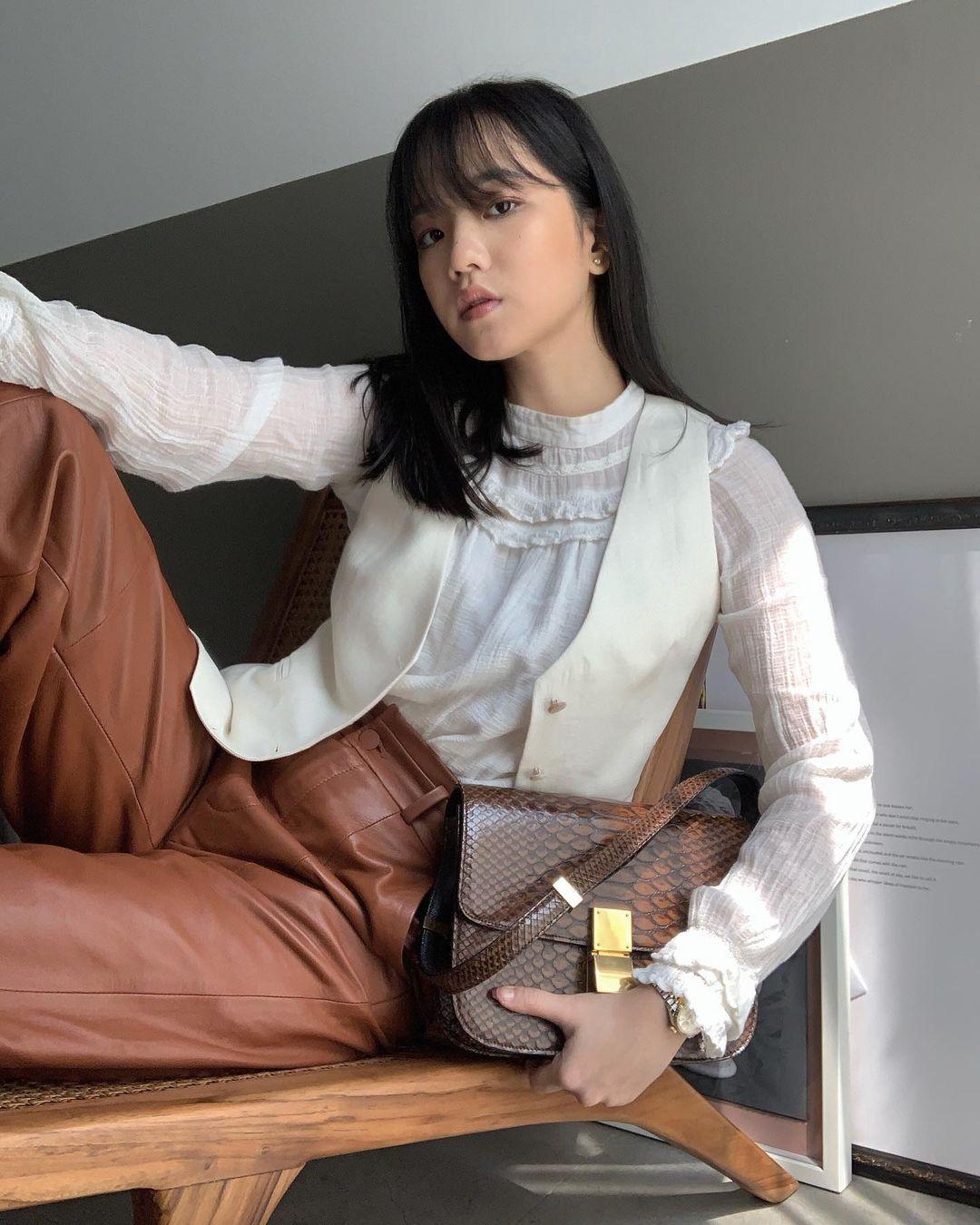 cách phối màu trang phục công sở theo tính chất công việc áo blouse trắng và áo ghi lê