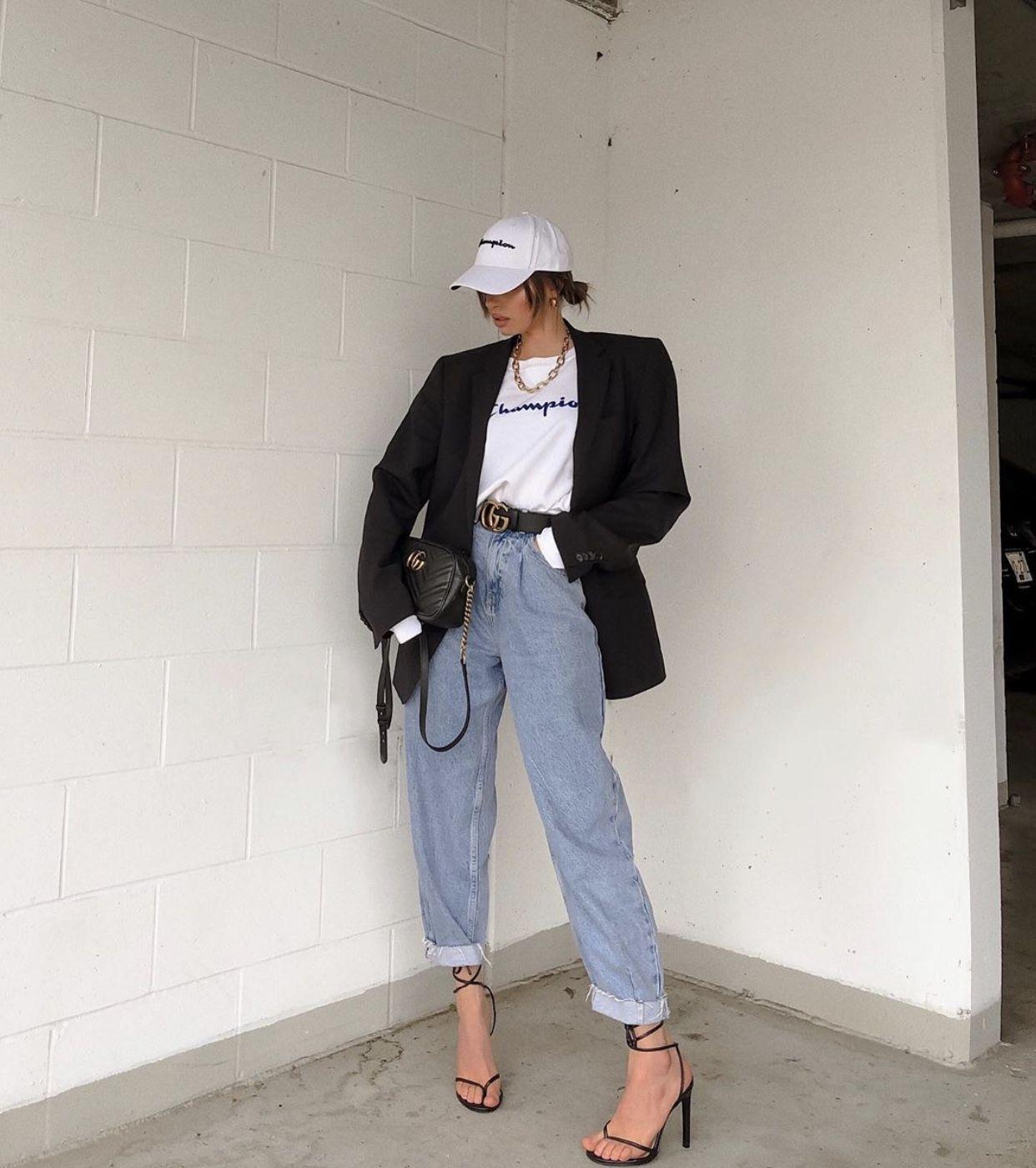 Áo blazer phối cùng áo thun và quần jeans đi cùng mũ lưỡi trai phong cách athleisure