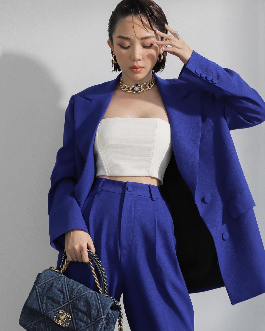 Áo blazer phối cùng bộ suit đồng điệu màu xanh phá cách thời thượng