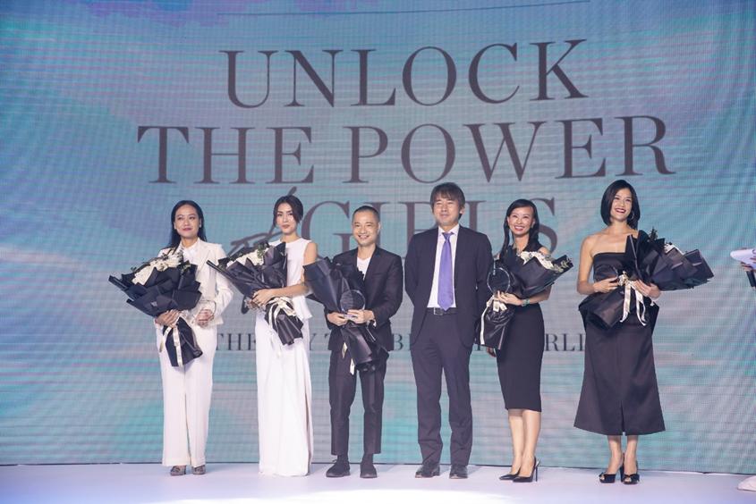 """Tổng Giám Đốc công ty Shiseido Việt Nam, ông Isao Shirasuka trao tặng hoa thay lời cảm ơn đến các nhân vật đồng hành """"Tỏa sáng sức mạnh tri thức"""" 2019 tại sự kiện."""