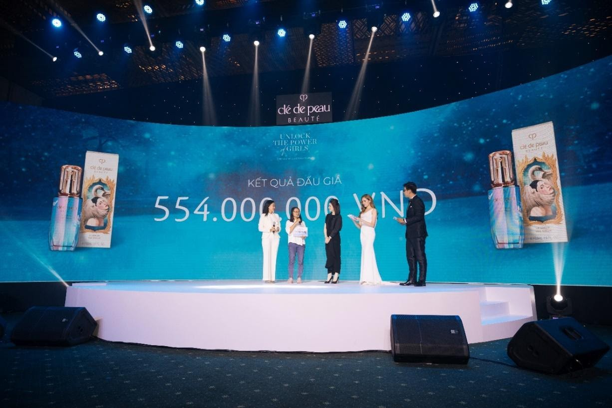 Trưởng nhãn hàng Clé de Peau Beauté Việt Nam, chị Trần Nguyễn Phương Nhung trao tặng số tiền đấu giá từ sản phẩm Le Sérum phiên bản giới hạn Lễ Hội 2020 cho đạo diễn Hà Lệ Diễm.