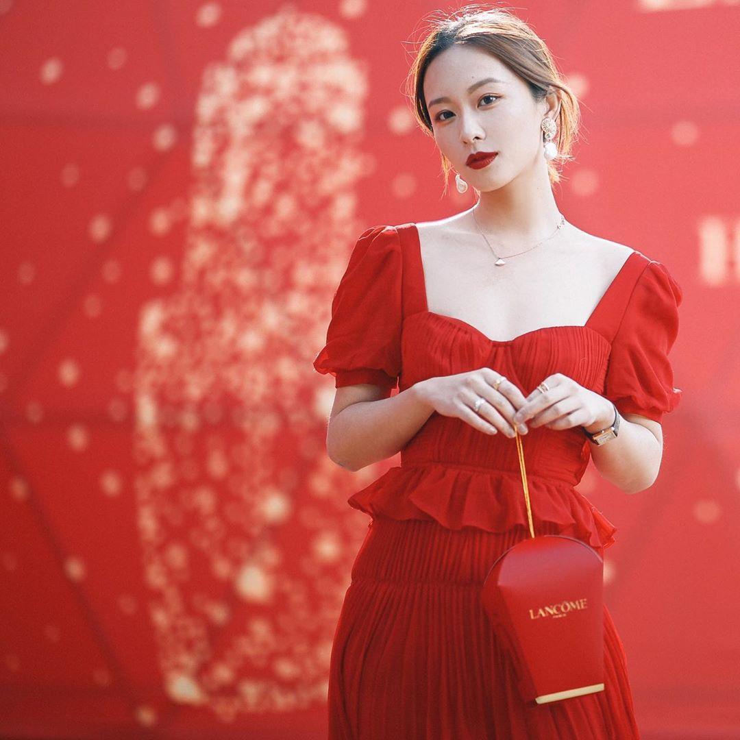 Da trắng mặc màu đỏ nào hợp cô gái mặc đầm đỏ cùng túi đỏ