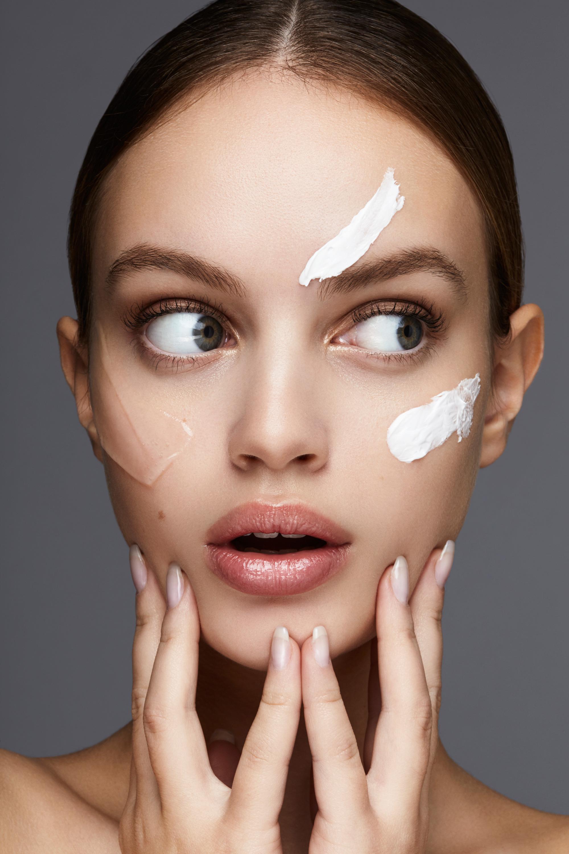 Việc sử dụng kem dưỡng ẩm toàn thân trên mặt gây ra vấn đề gì?