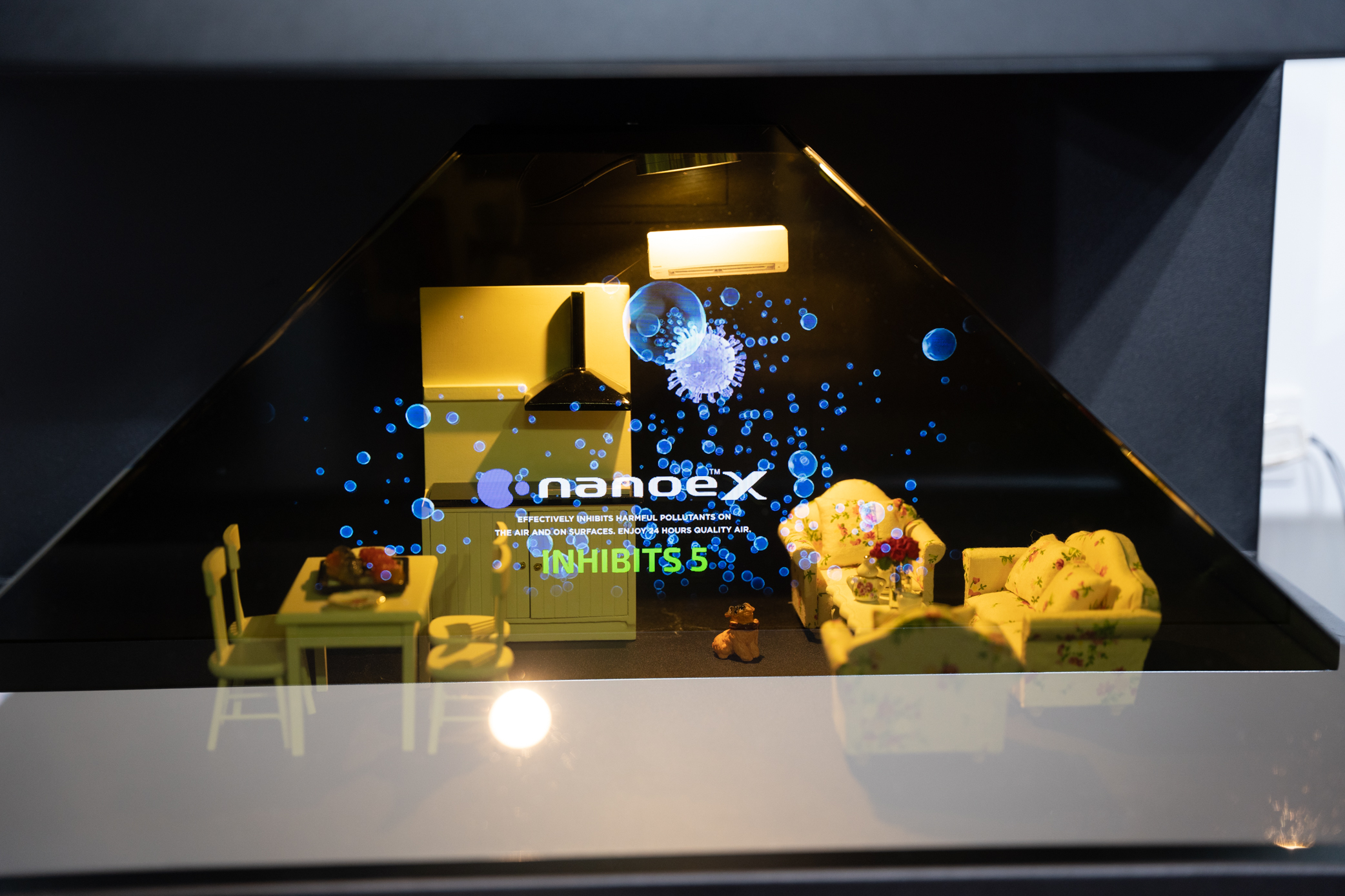 Hologram minh hoạ công nghệ Nanoe X ức chế hoạt động của các tác nhân gây ô nhiễm
