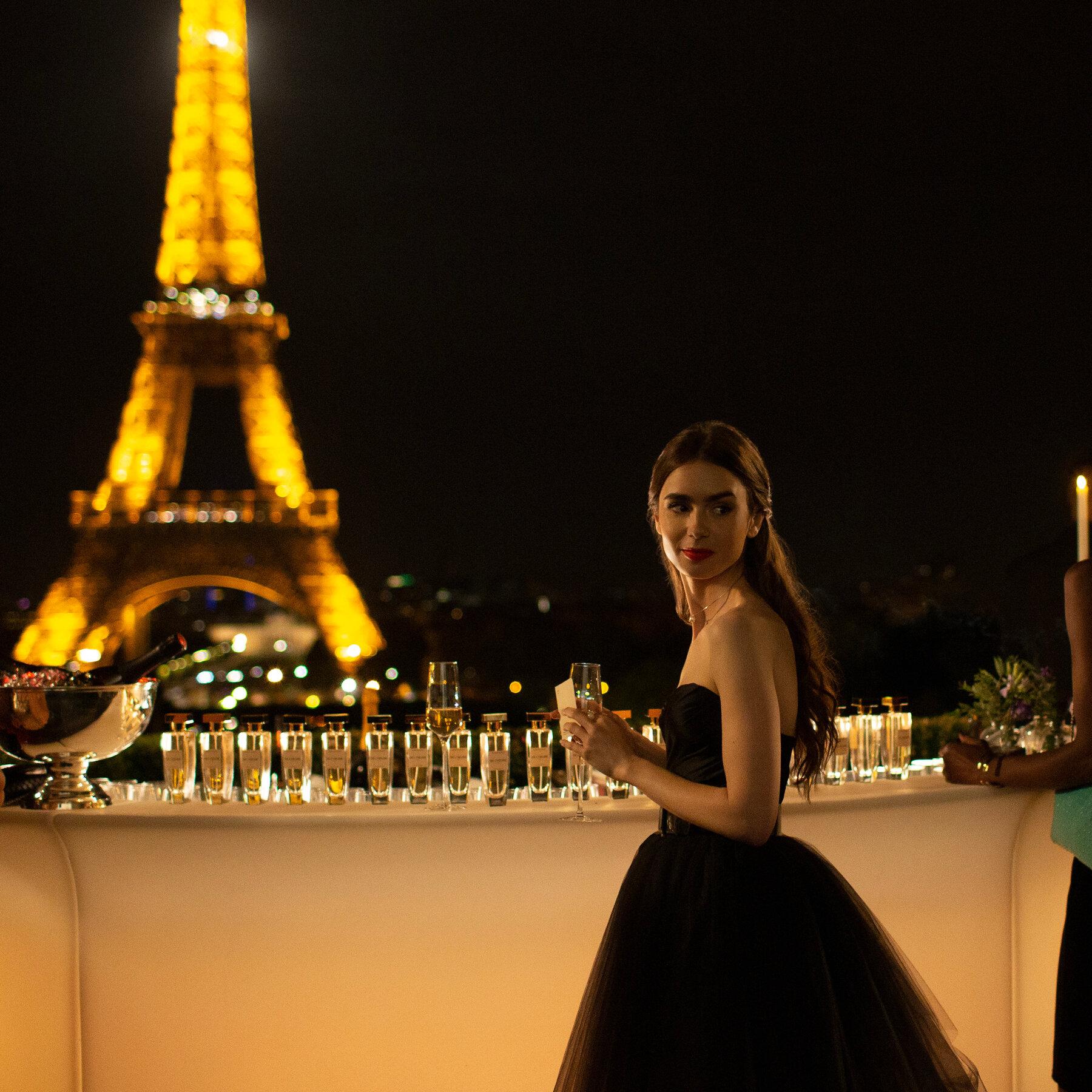 Nữ chính trong bộ phim Emily in Paris đang gây sốt với vẻ đẹp hút hồn.