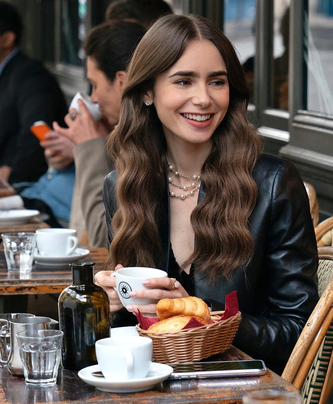 Emily in Paris - Sử dụng gel chân mày để định hình làm tăng lên nét đẹp sắc sảo.