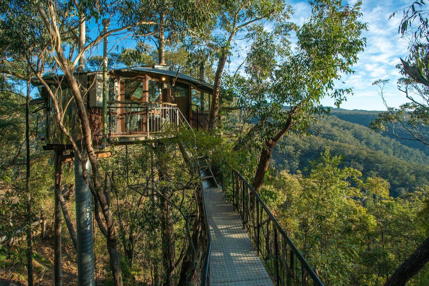 nhà trên cây giữa rừng núi