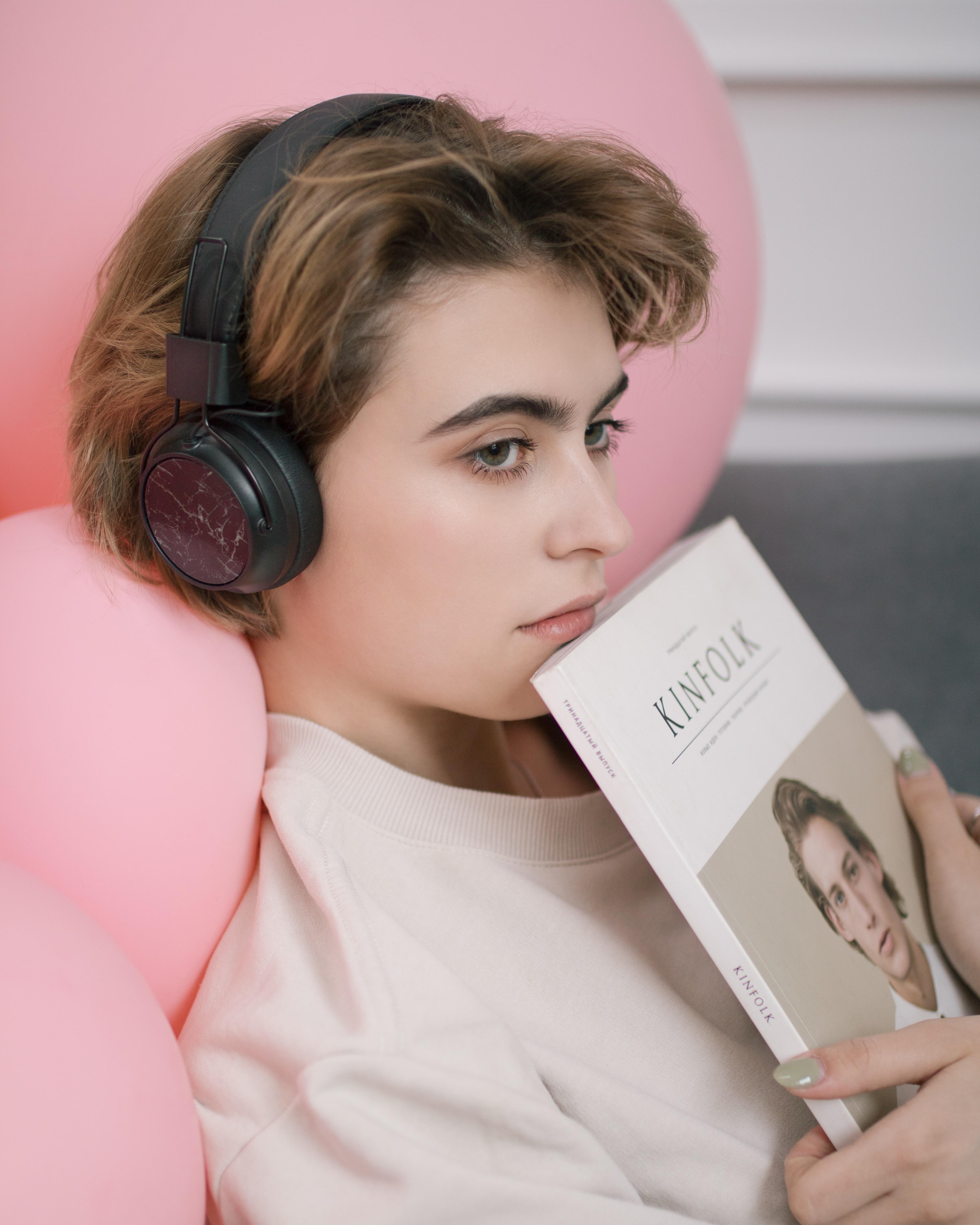 Cô gái đọc sách nghe nhạc thời gian