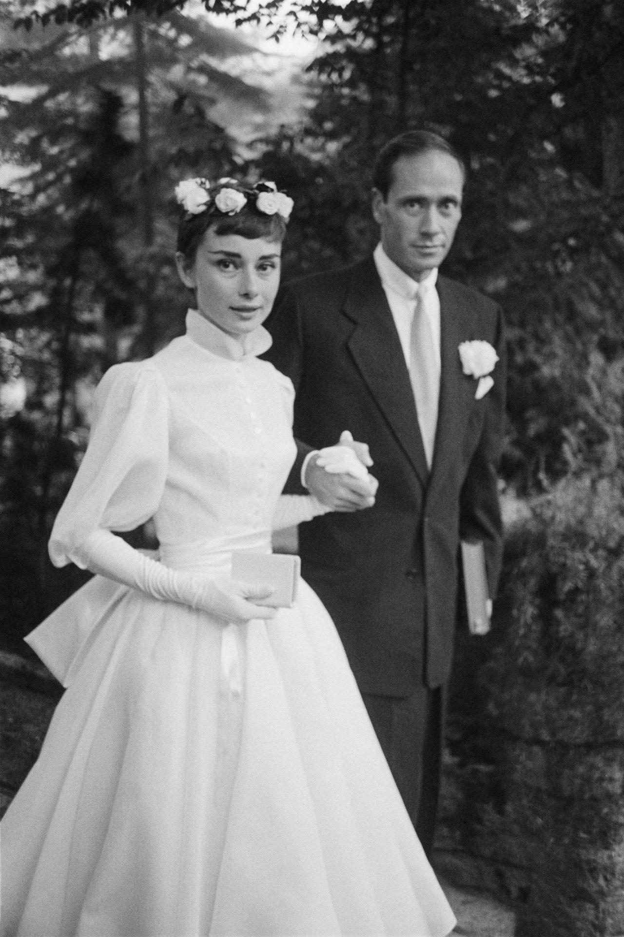 audrey hepburn váy cưới ngắn