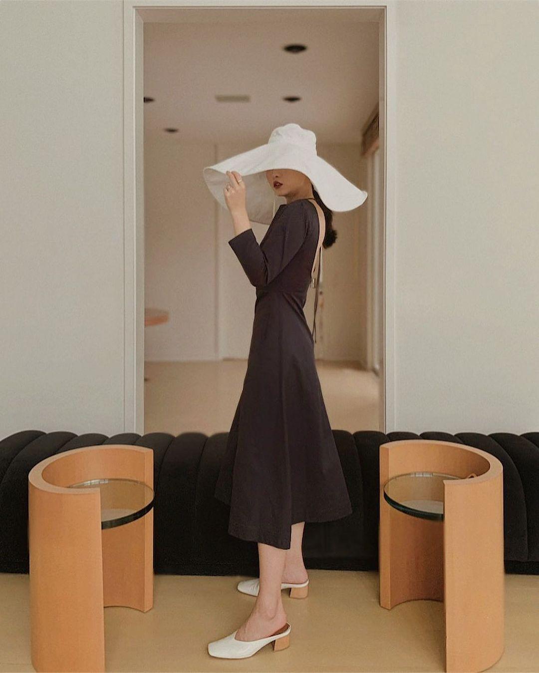 váy đen đi du lịch dress code
