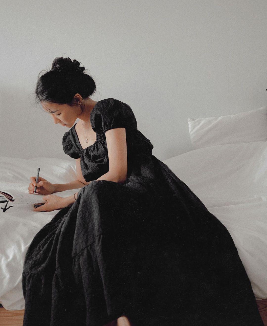 dress code váy đen tiệc thân mật