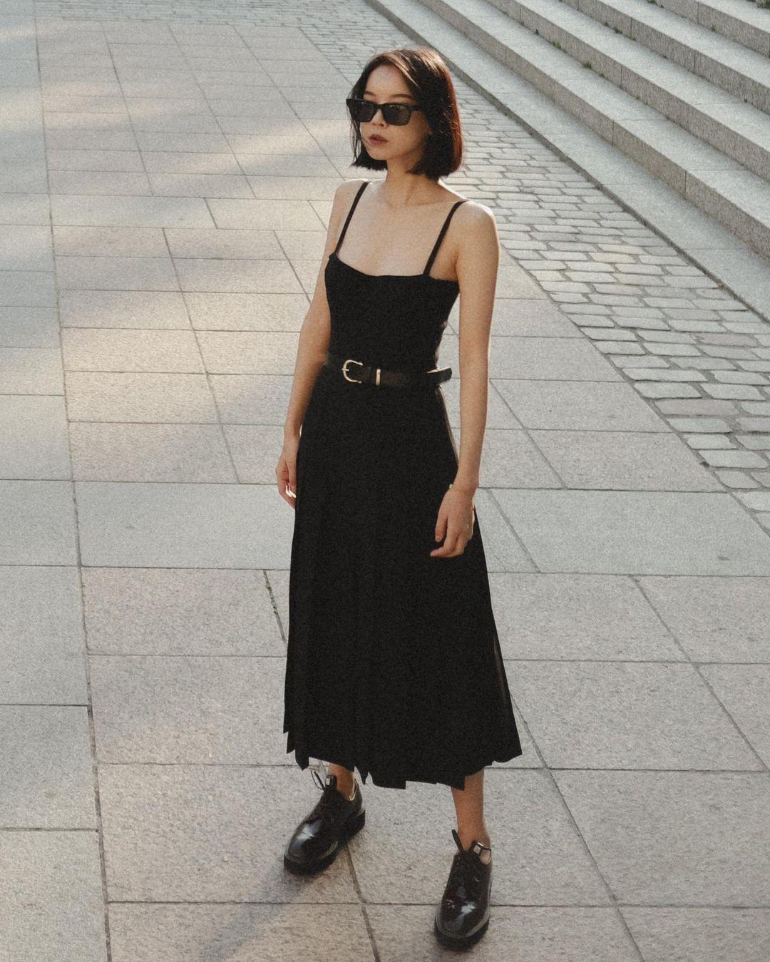 váy đen dạo phố dress code street style