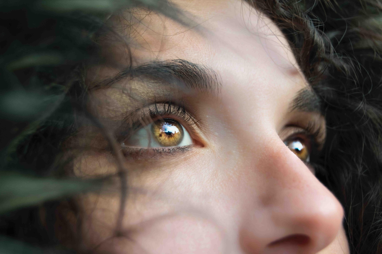 cô gái có đôi mắt màu nâu