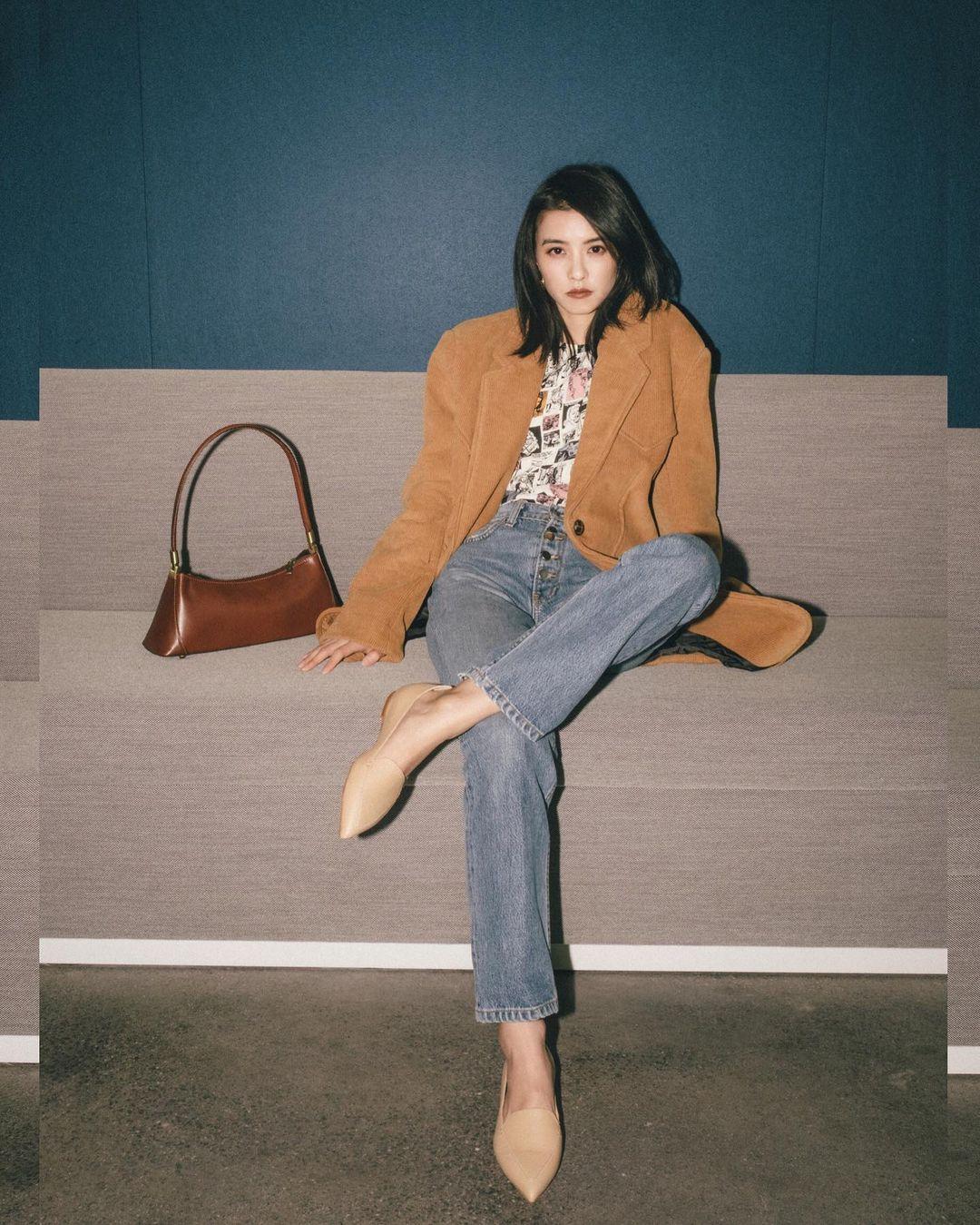 Quần jeans cạp cao phù hợp với hình thể giúp chân trông dài hơn