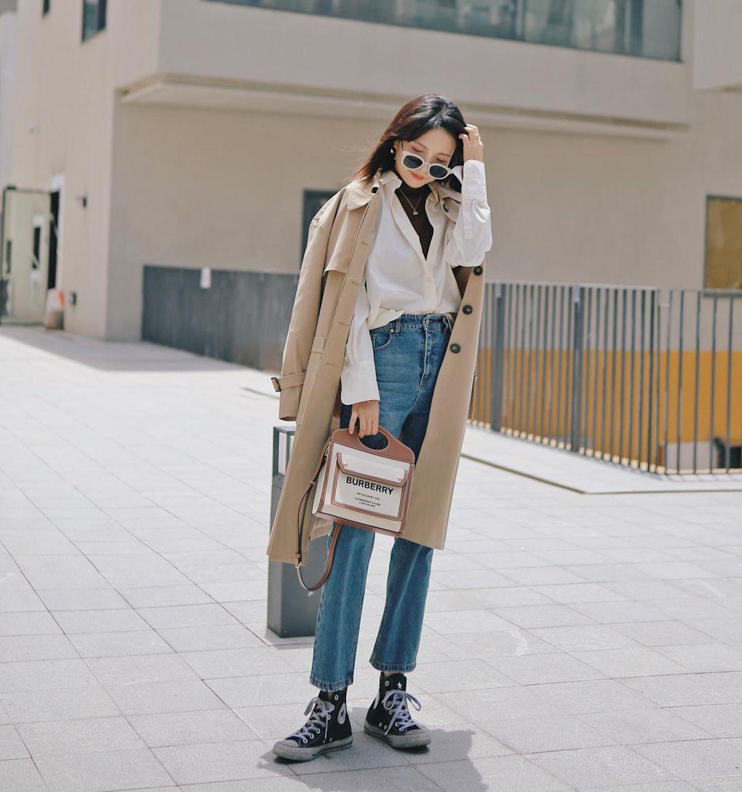 Quần jeans màu xanh đậm giúp chân trong thon và dài hơn cách phối đồ layer