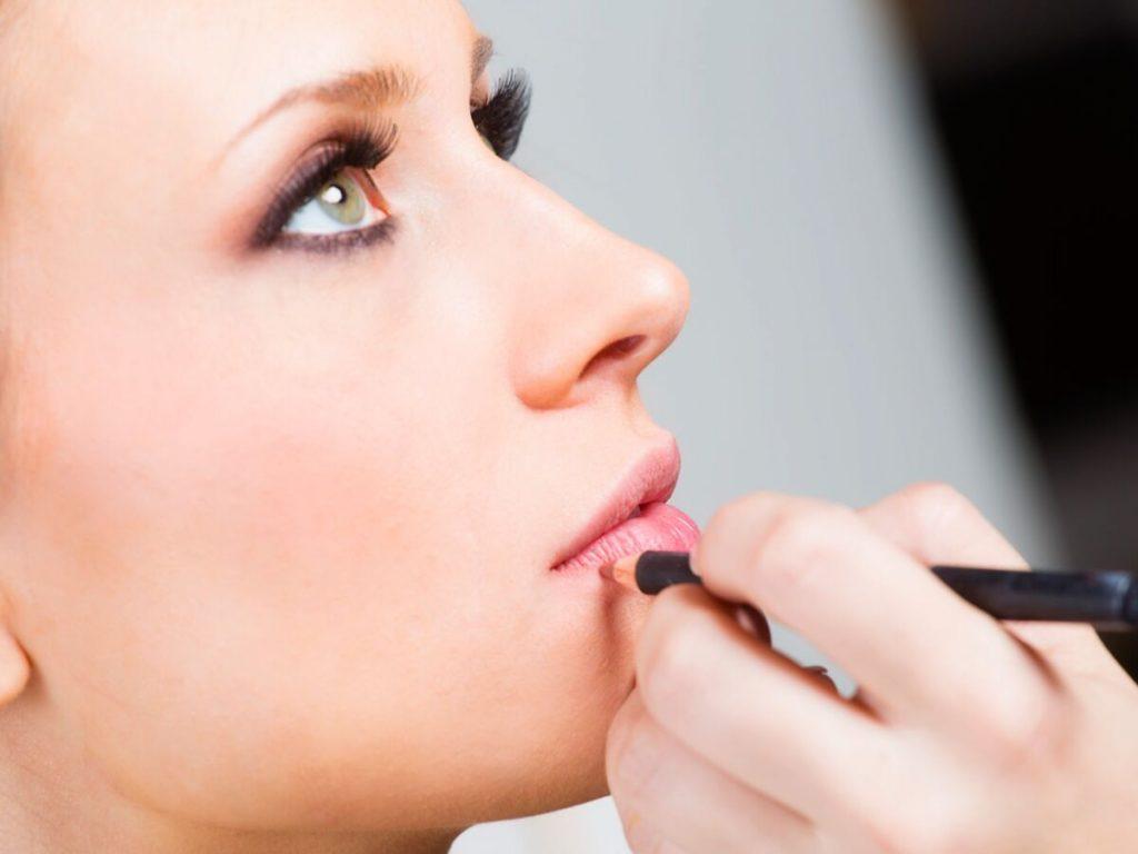 trang điểm với chì kẻ viền môi