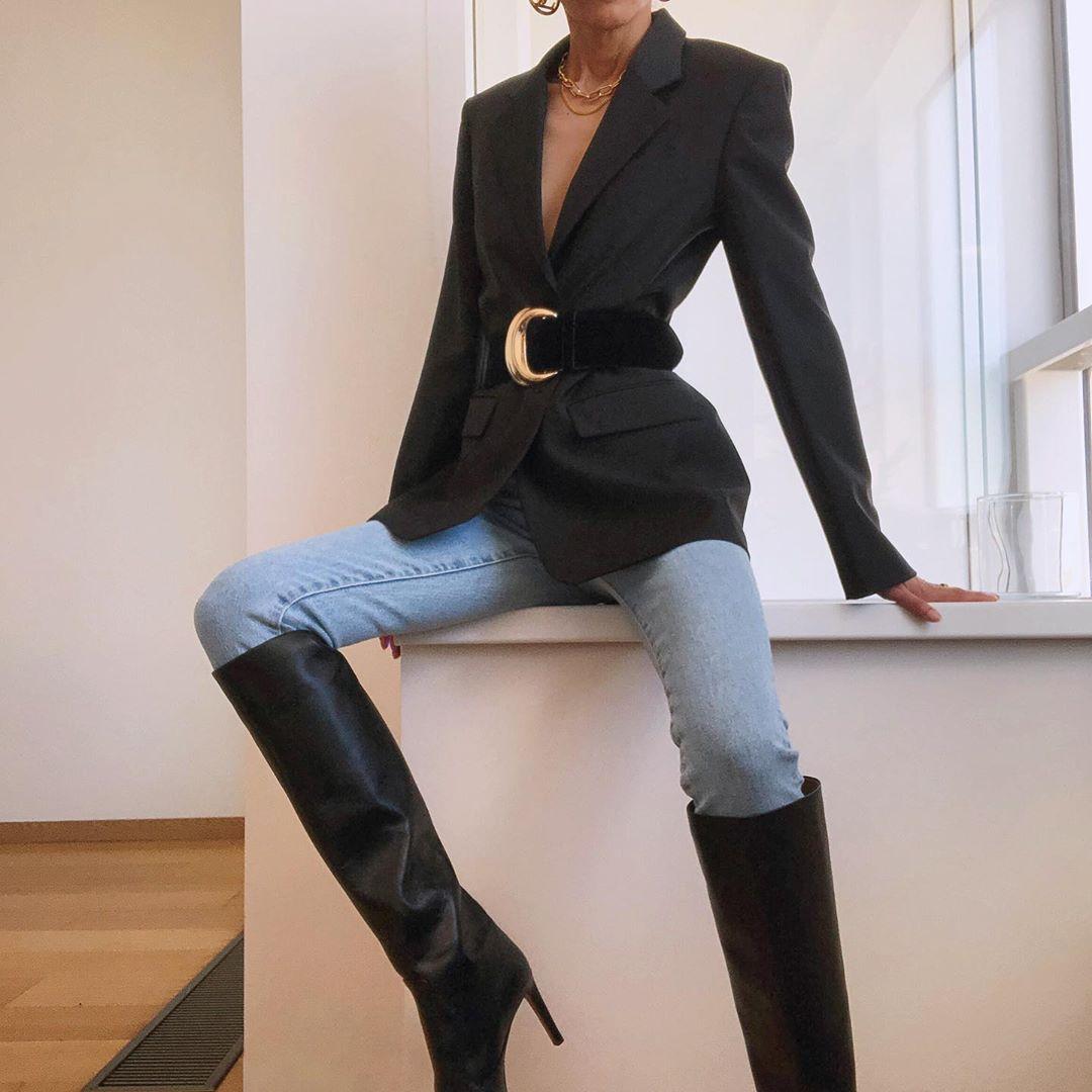 phối đồ phù hợp với boots cao quá đầu gối và quần jeans