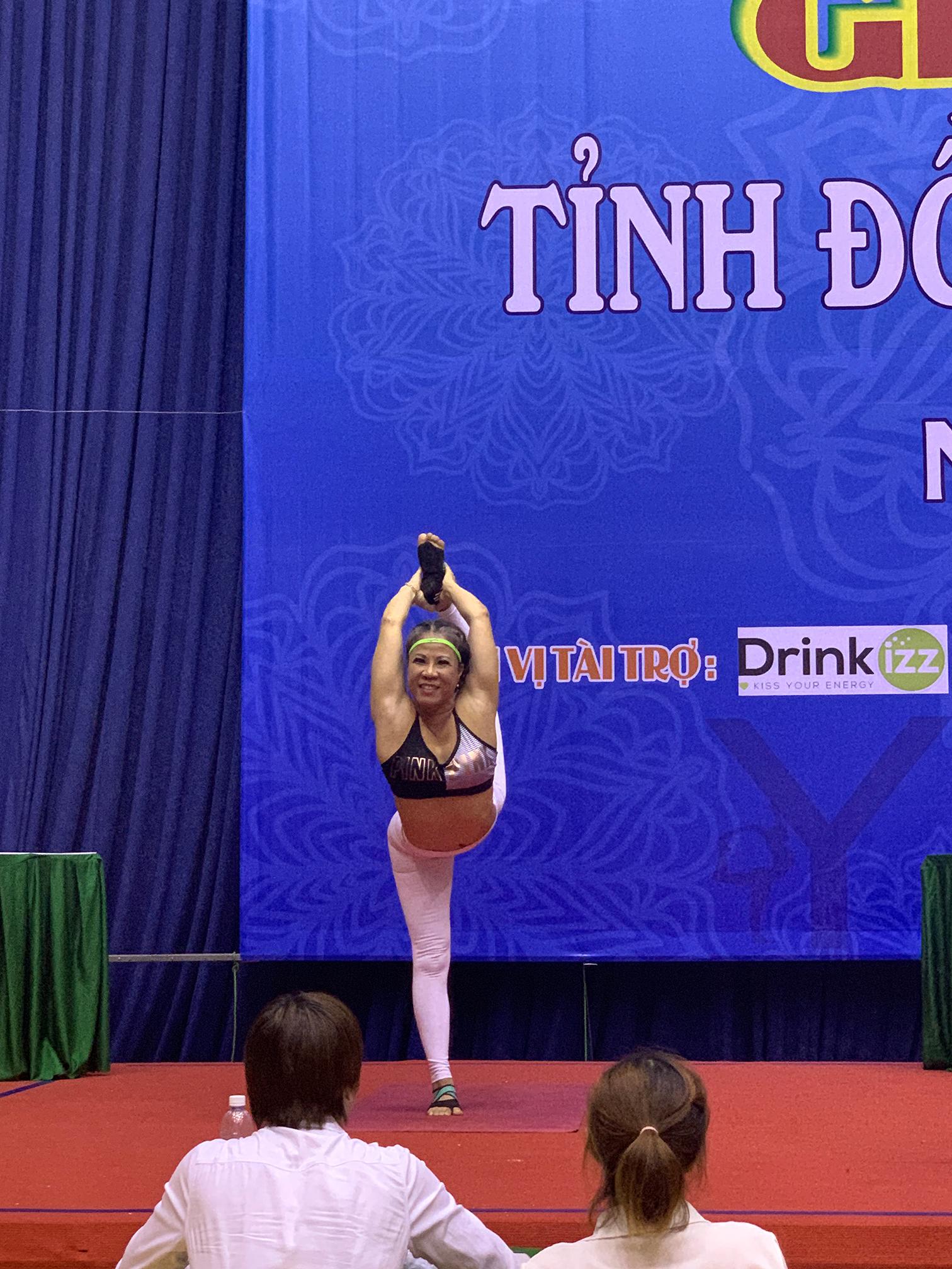 Chị Hồng Liên thực hiện phần thi Yoga Asana tại Giải Yoga tỉnh Đồng Nai 2020