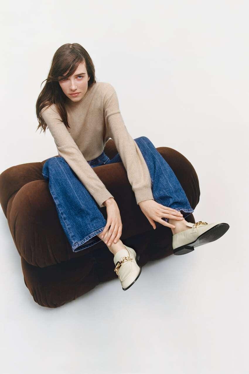 người mẫu mang giày lười nữ màu kem zara