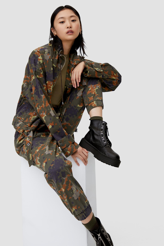 người mẫu mang giày nữ boots platform màu đen pull&bear