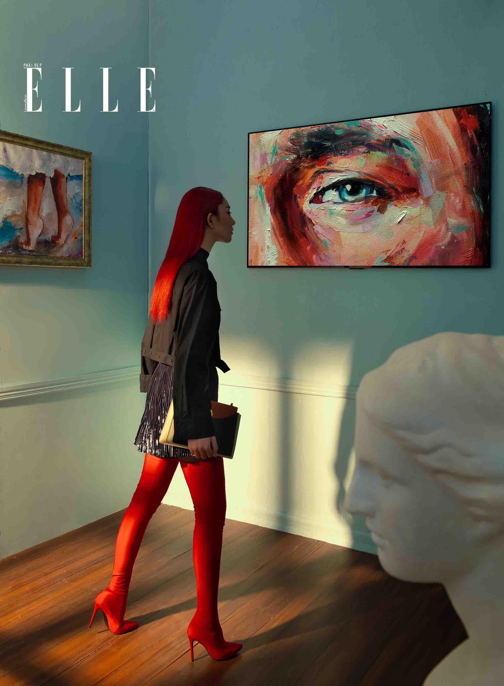 cô gái ngắm bức tranh nghệ thuật