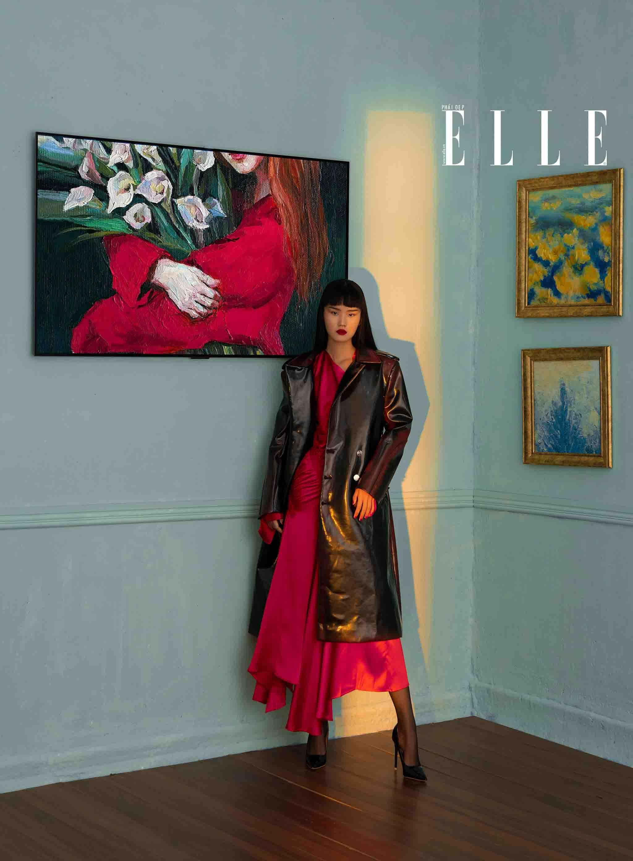 cô gái váy đỏ trong bảo tàng nghệ thuật