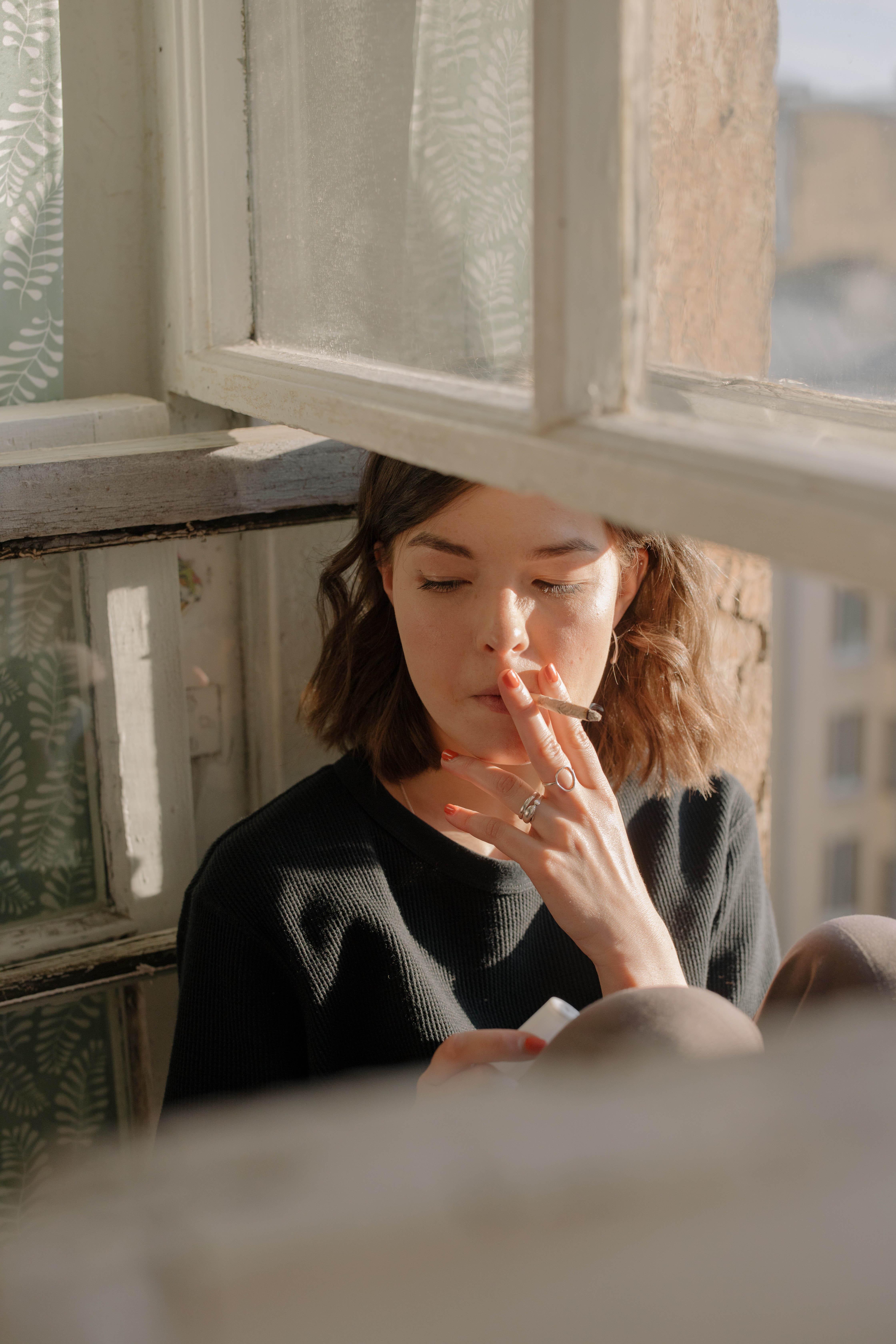 Cô gái hút thuốc lá