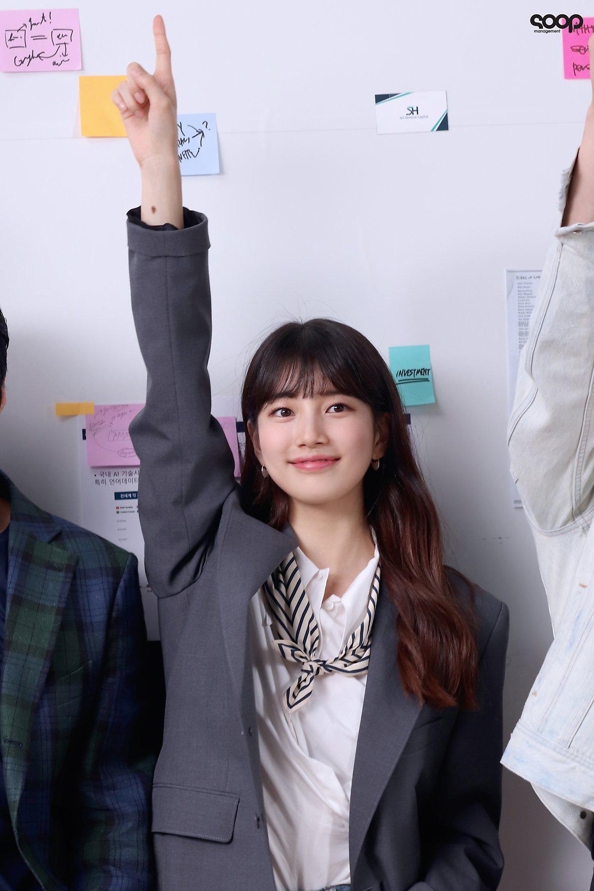 Suzy mặc sơ mi trắng, thắt khăn lụa trong phim start up