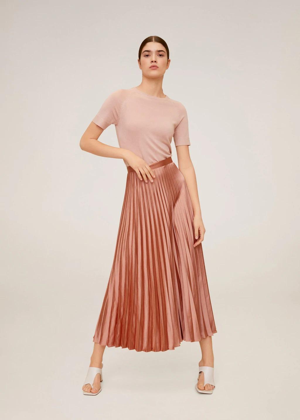 Áo thun và chân váy xếp ly màu hồng của Mango