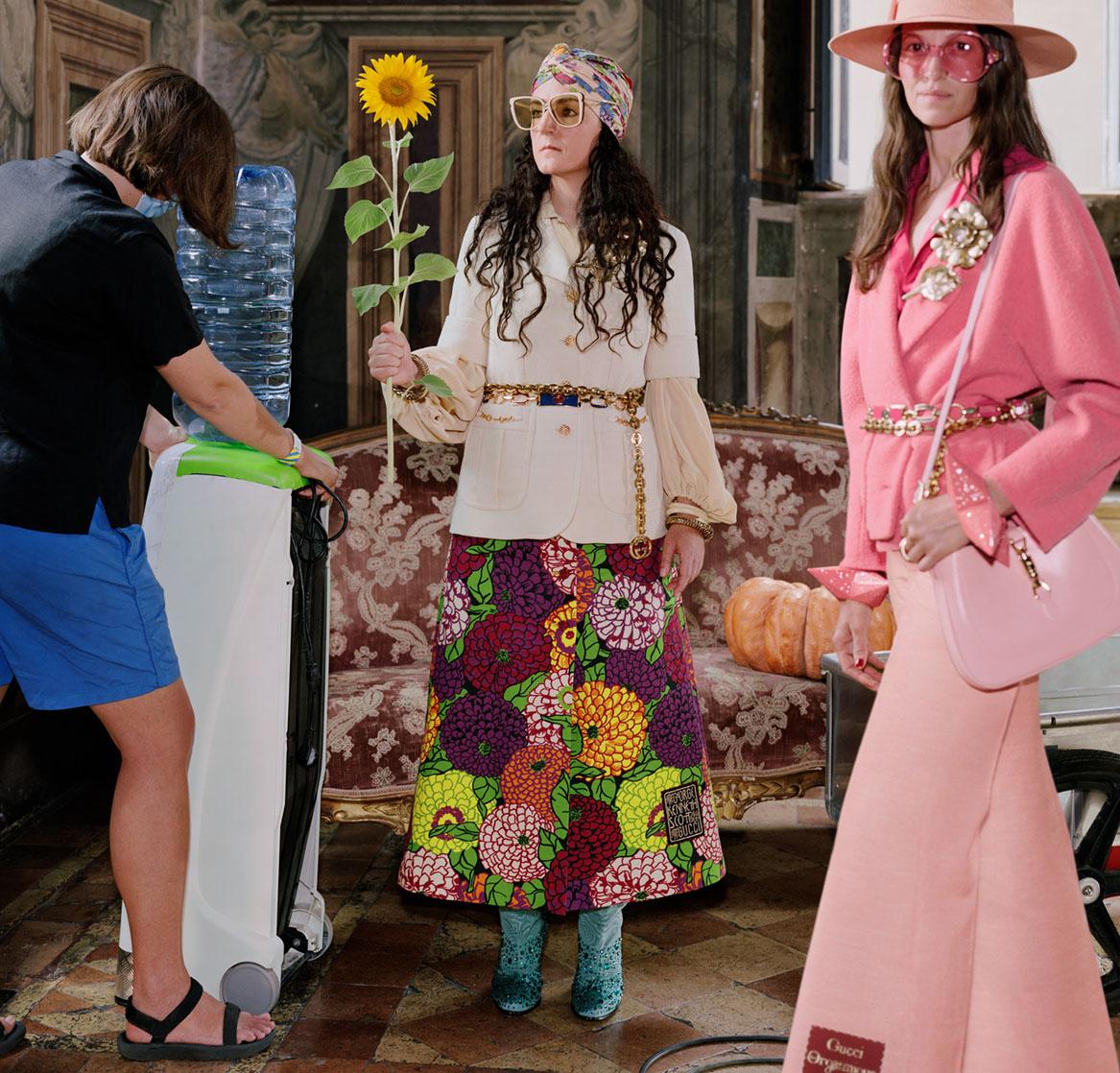 Campaign BST Epilogue của Gucci bộ trang phục màu hồng nổi bật và cô gái cầm hoa