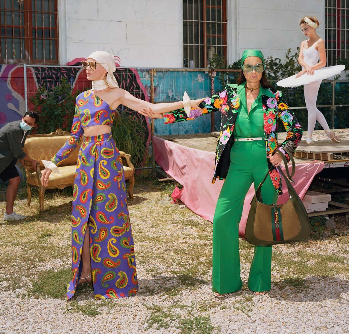 Campaign BST Epilogue của Gucci hai cô gái cùng trang phục họa tiết màu sắc