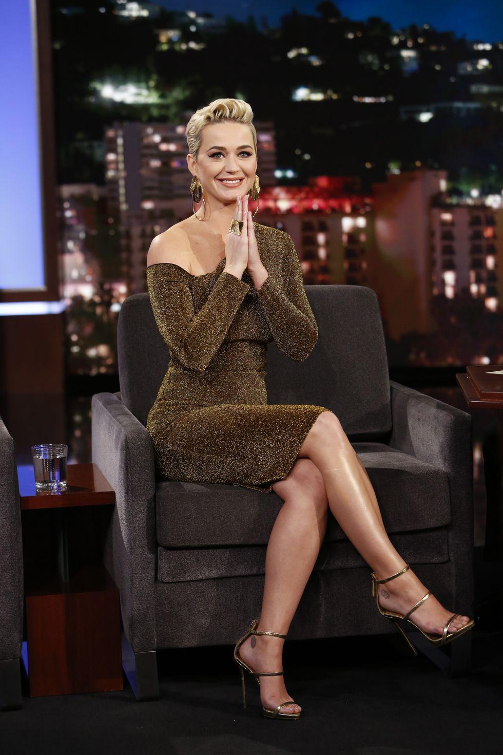 Phối đồ dự tiệc cung bọ cạp - Katy Perry mặc váy ánh kim vàng