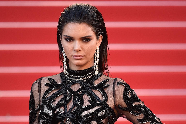 Phối đồ dự tiệc cung bò cạp - Kendall Jenner đeo hoa tai dáng dài