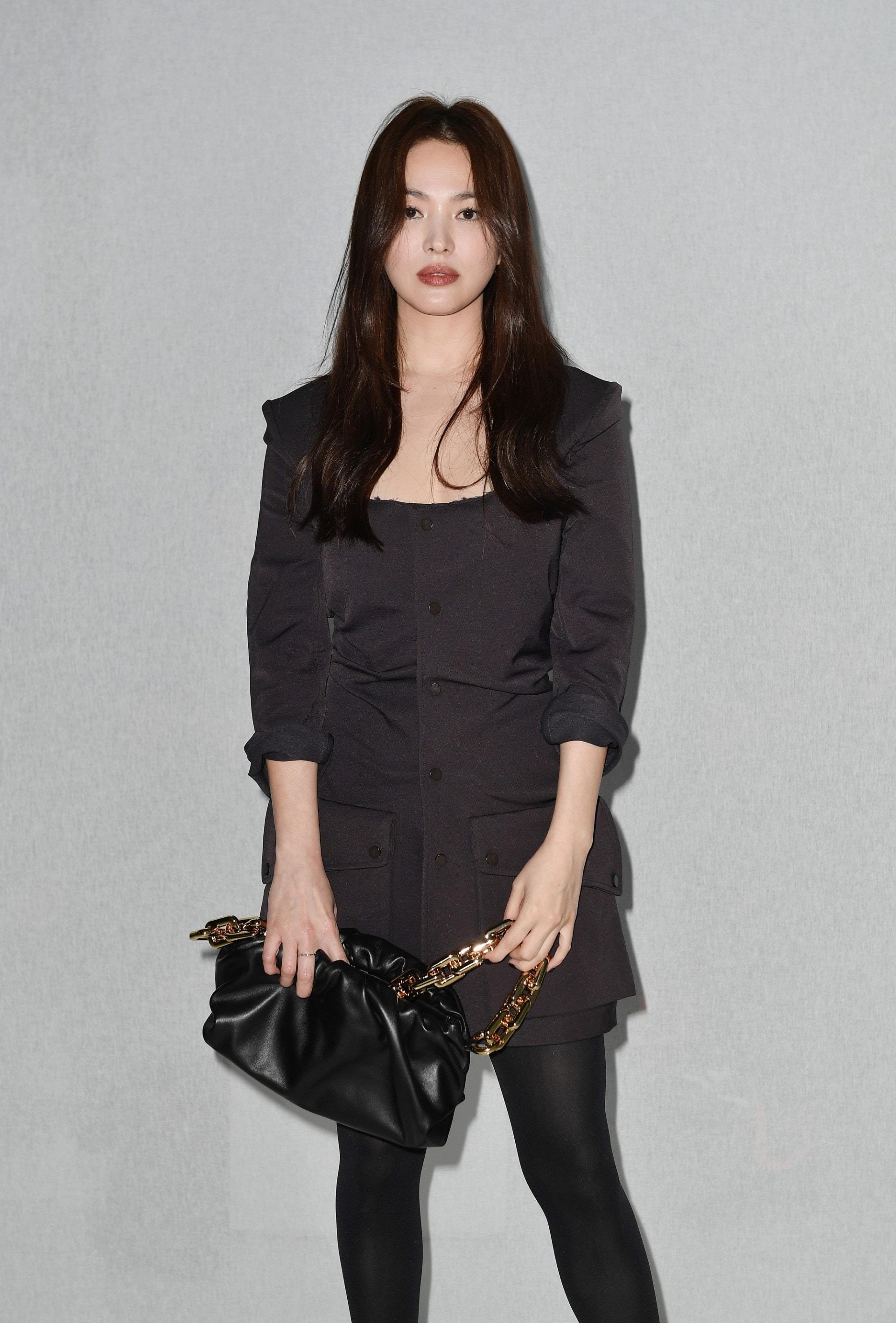 Phối đồ dự tiệc cung bọ cạp - Song Hye Kyo mặc váy Bottega Veneta màu đen