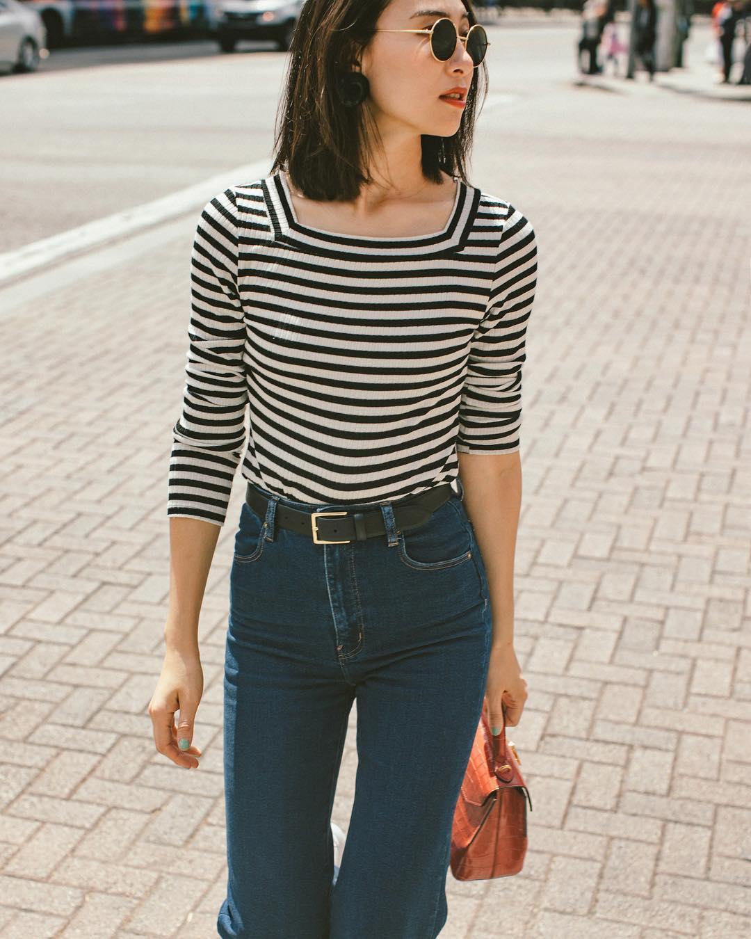 bí quyết chọn quần jeans và cách chọn túi, cô gái mặc áo sọc và thắt lưng